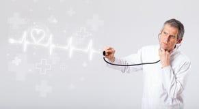 Latido del corazón de los examinates del doctor con el corazón abstracto Fotografía de archivo