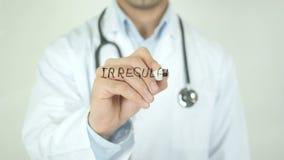 Latido del corazón irregular, el doctor Writing en la pantalla transparente metrajes