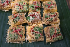 Latieng или зажаренные креветки & гайка обернутые в сети яичка, еда концепции, партия Стоковые Изображения RF