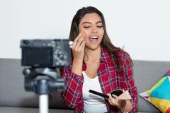 Latijns-Amerikaanse vlogger die videoblog registreren stock foto's