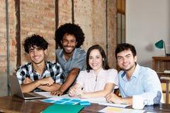 Latijns en Afrikaans Amerikaans commercieel team van jongeren royalty-vrije stock afbeelding