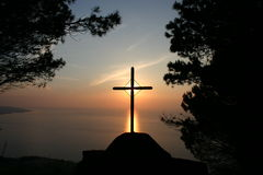 Latijns kruis op de zonsondergang stock fotografie