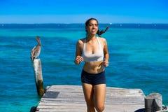 Latijns meisje die in Caraïbisch pijlerstrand lopen royalty-vrije stock fotografie