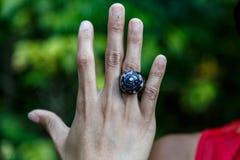 Latijns meisje die met de hand gemaakte ringen tonen stock foto's