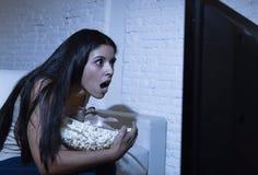 Latijnse die vrouwenhuis het letten op televisie dicht afstand in TV-verslavingsconcept wordt opgewekt Royalty-vrije Stock Afbeelding