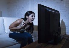 Latijnse die vrouwenhuis het letten op televisie dicht afstand in TV-verslavingsconcept wordt opgewekt Royalty-vrije Stock Foto