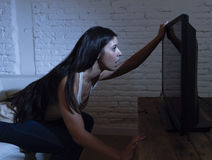 Latijnse die vrouwenhuis het letten op televisie dicht afstand in TV-verslavingsconcept wordt opgewekt Stock Afbeeldingen