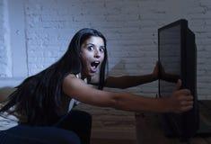 Latijnse die vrouwenhuis het letten op televisie dicht afstand in TV-verslavingsconcept wordt opgewekt royalty-vrije stock fotografie