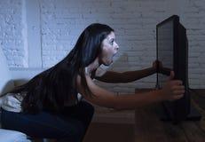 Latijnse die vrouwenhuis het letten op televisie dicht afstand in TV-verslavingsconcept wordt opgewekt Royalty-vrije Stock Foto's