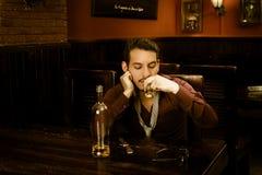 Latijnse kerel het drinken schoten die gedronken worden royalty-vrije stock foto's