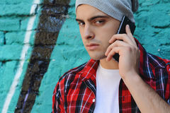 Latijnse mens die op de telefoon spreken Stock Foto