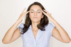 Latijnse vrouw die aan hoofdpijn lijdt royalty-vrije stock fotografie
