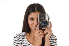 Latijnse vrouw die beelden nemen die door de beeldzoeker van een oude koele retro uitstekende fotocamera kijken Stock Fotografie