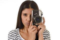 Latijnse vrouw die beelden nemen die door de beeldzoeker van een oude koele retro uitstekende fotocamera kijken Royalty-vrije Stock Foto