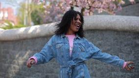 Latijnse vrouw die in een stad dansen die van weekend genieten stock video