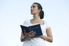 Latijnse vrouw met de bijbel Royalty-vrije Stock Afbeeldingen