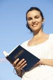Latijnse vrouw met de bijbel Stock Afbeeldingen