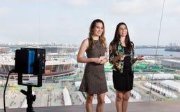 Latijnse vrouwelijke presentator en Kaukasische vrouw bij TV-studio stock foto's