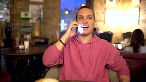 Latin - amerikansk man som inomhus använder mobiltelefonen Attraktiv latinamerikansk man en affärsman, en student eller en start  lager videofilmer