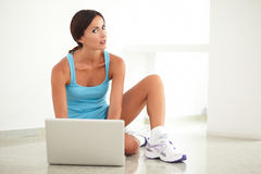 Latin sporty woman using her computer Royalty Free Stock Photos