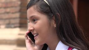 Latina Żeński dziecko Używa telefon komórkowego, Szczęśliwy I zdjęcie stock