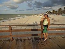 Latina на пляже Progresso на заходе солнца Стоковая Фотография RF