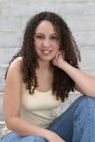 Latina abbastanza giovane con capelli ricci immagini stock libere da diritti