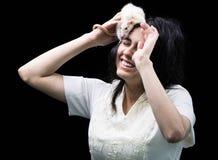 Latina adolescente con la rata en la cabeza Imagen de archivo