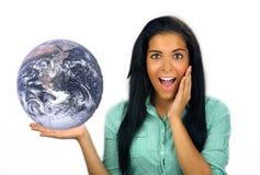 Latina adolescente emocionada hermosa sostiene la tierra Imagen de archivo libre de regalías