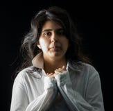 Latina adolescente en blanco en el contexto negro Imagen de archivo libre de regalías