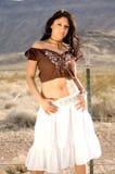 Latina atractiva en desierto foto de archivo