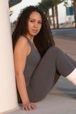 Latina in calzamaglia grige di allenamento Immagini Stock Libere da Diritti
