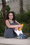 Latina con la naranja se divierte la botella de agua Imagenes de archivo