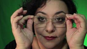 Latina con los admiradores del pelo corto misma entonces pone los vidrios metrajes