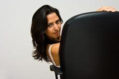 Latina, der im Stuhl sitzt Lizenzfreie Stockfotos