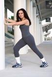 Latina, der Kalb-Muskel ausdehnt Lizenzfreie Stockfotografie