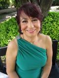 Latina in einem grünen Kleid stockfotografie