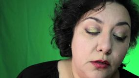 Latina en 40 el ` s aplica maquillaje del ojo metrajes