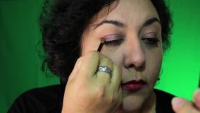 Latina en 40 el ` s aplica maquillaje del ojo almacen de video