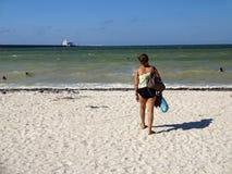 Latina en la playa de Progresso fotos de archivo libres de regalías