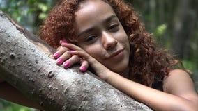 Latina flicka med lockigt hår stock video