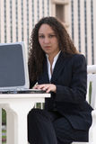 Latina-Geschäftsfrau an der Laptop-Computer Stockfotografie