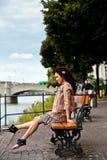 Latina hermosa que hace pivotar sus piernas Fotos de archivo libres de regalías