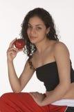 Latina joven con Apple fotos de archivo libres de regalías