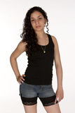 Latina joven en cortocircuitos y el tanque Imagenes de archivo