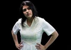 Latina jugendlich im Weiß auf schwarzem Hintergrund Stockbild