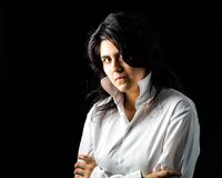 Latina jugendlich im Weiß auf schwarzem Hintergrund Stockfoto