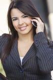 Latina latinamerikansk kvinna som talar på mobiltelefonen arkivbilder