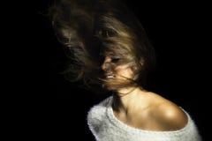 Latina-Mädchen-weiße Strickjacke, die Haar schleudert Stockfoto