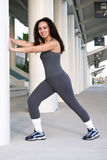 Latina que estica o músculo da vitela Fotografia de Stock Royalty Free